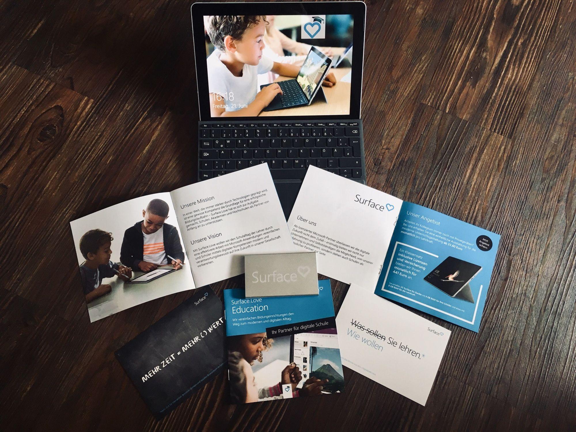 Verschiedene Marketingmaterialien wie Broschüren oder Karten sind erkennbar