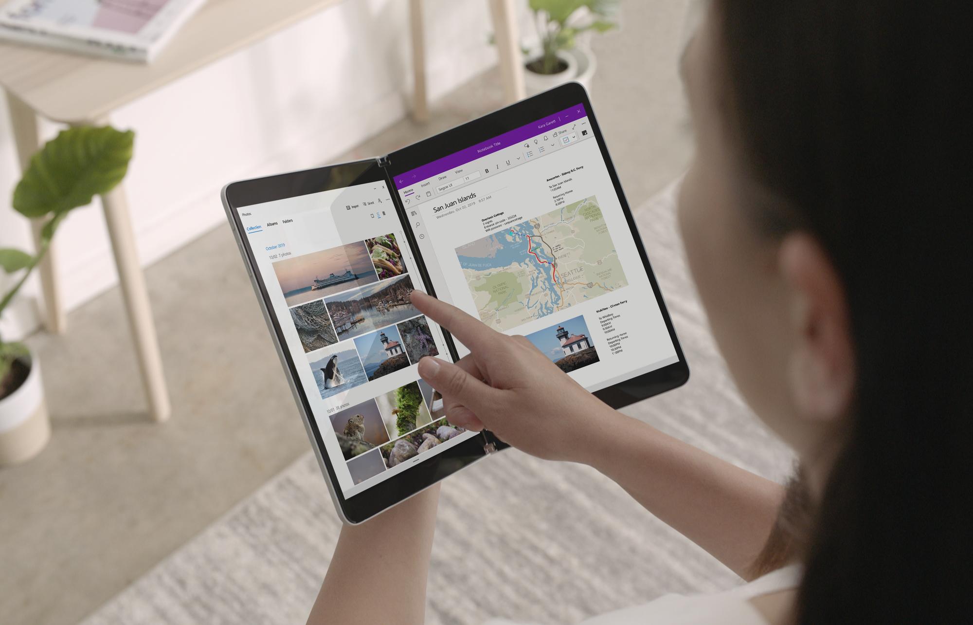 Eine Frau tippt mit dem Finger auf den Bildschirm des Surface Neo.