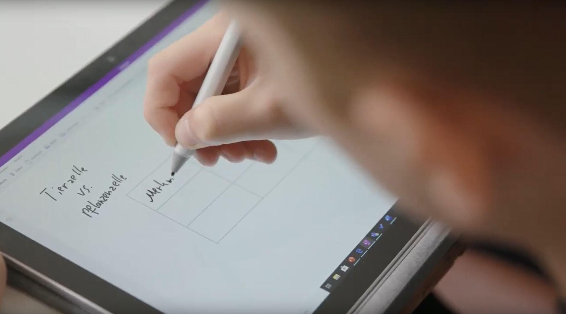 Eine Person schreibt etwas mit dem Surface Pen auf dem Display des Surface Pro in OneNote