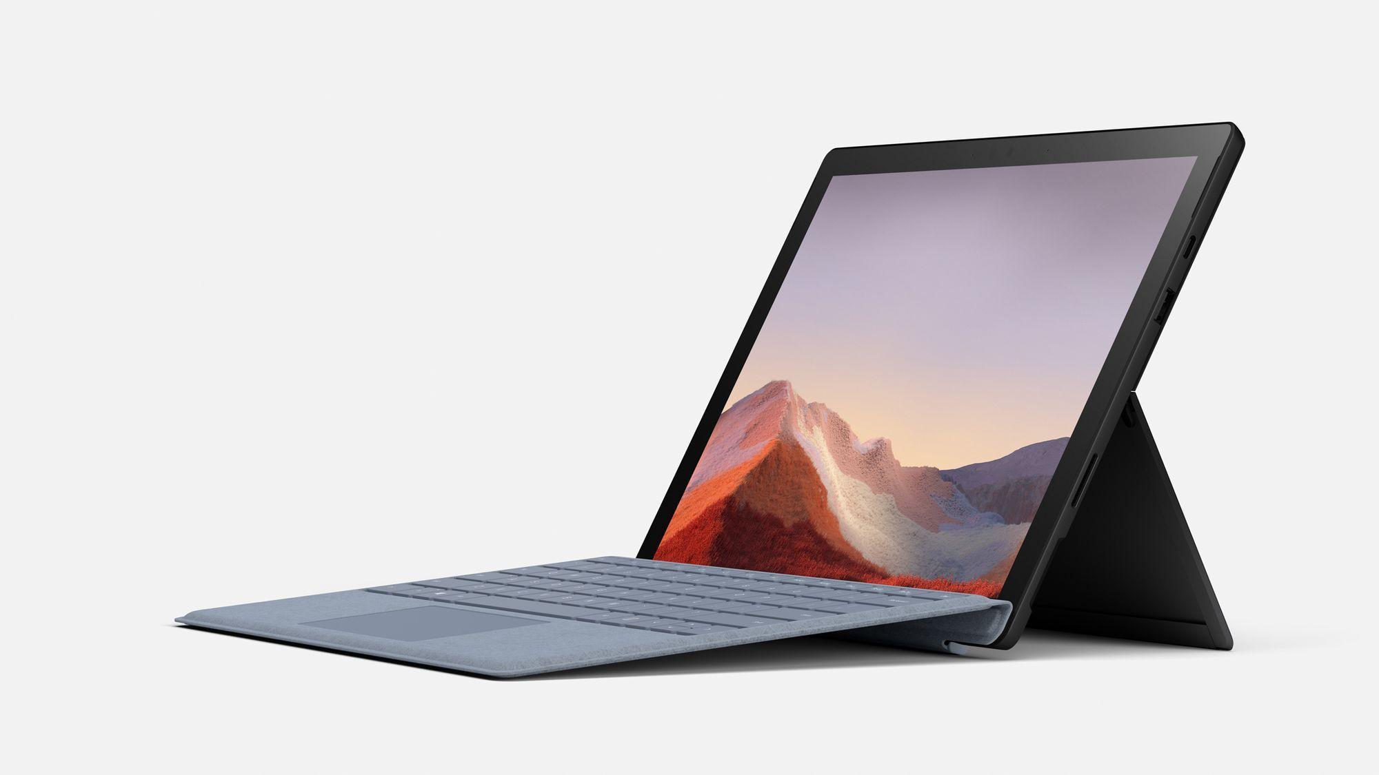 Eine seitliche Ansicht des Surface Pro 7 in Schwarz mit Signature Type Cover in Eisblau