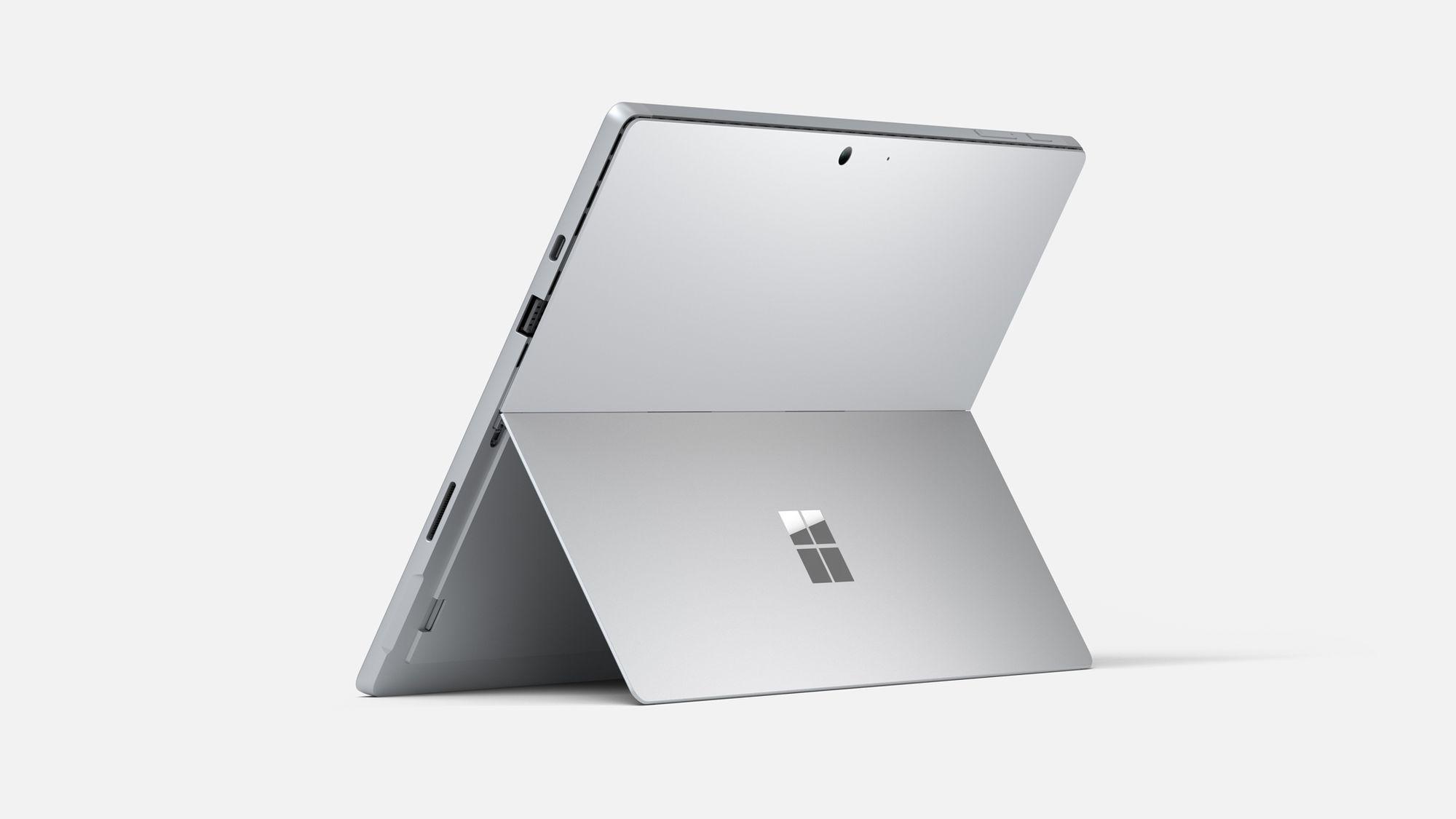 Das Surface Pro 7 in Platin mit aufgeklapptem Kickstand aus der Rückansicht