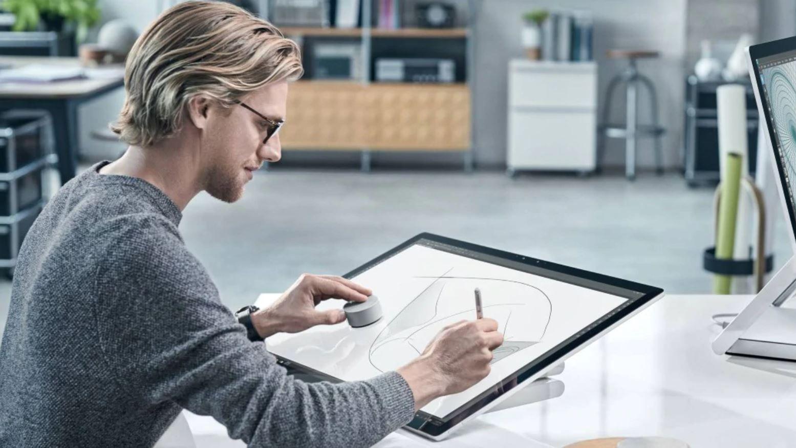 Eine Person arbeitet an einem Surface Studio mit einem Surface Dial
