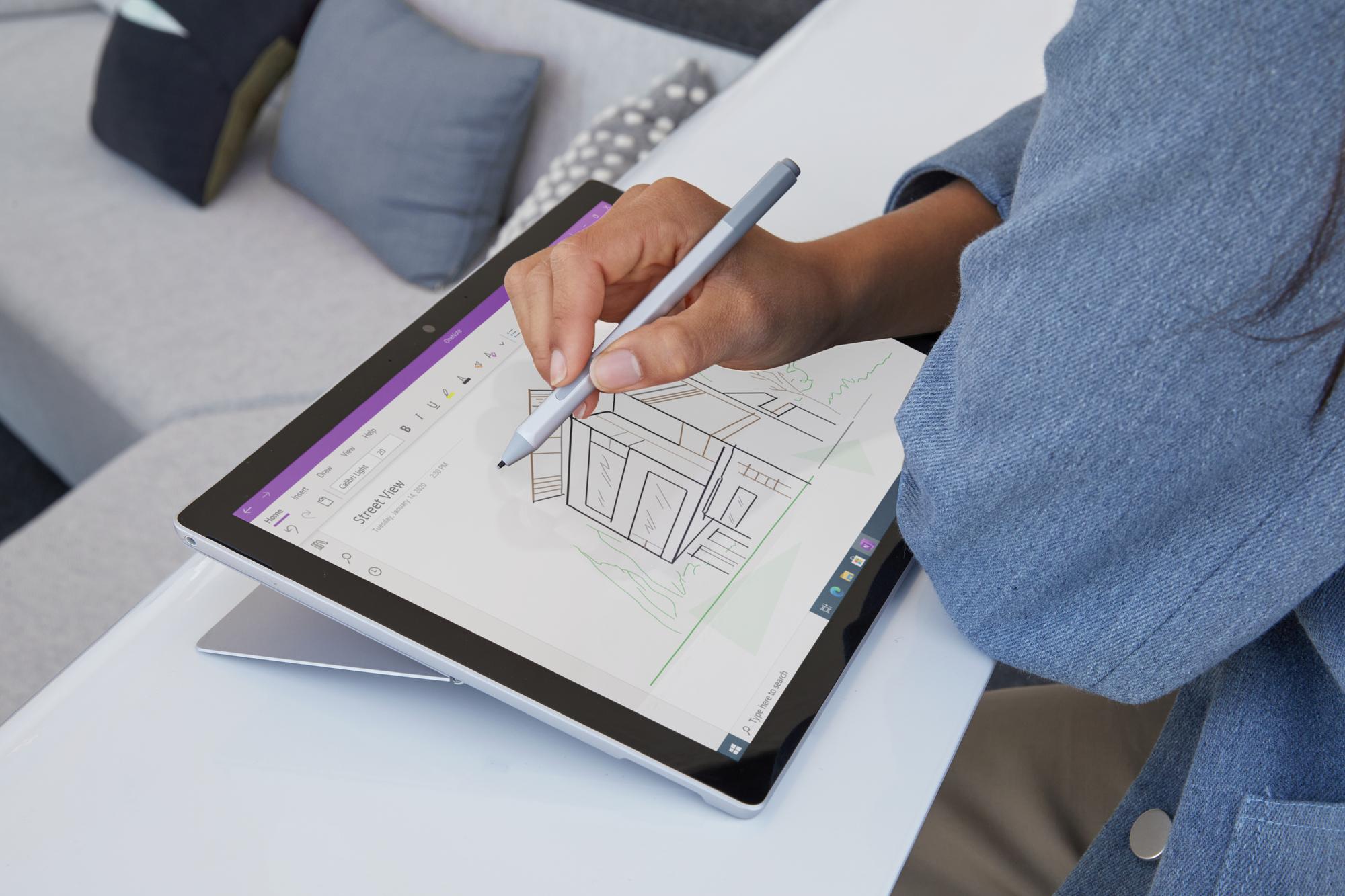 Eine Person zeichnet etwas auf dem Surface Pro 7 Plus im Tablet-Modus mit dem Surface Pen in OneNote