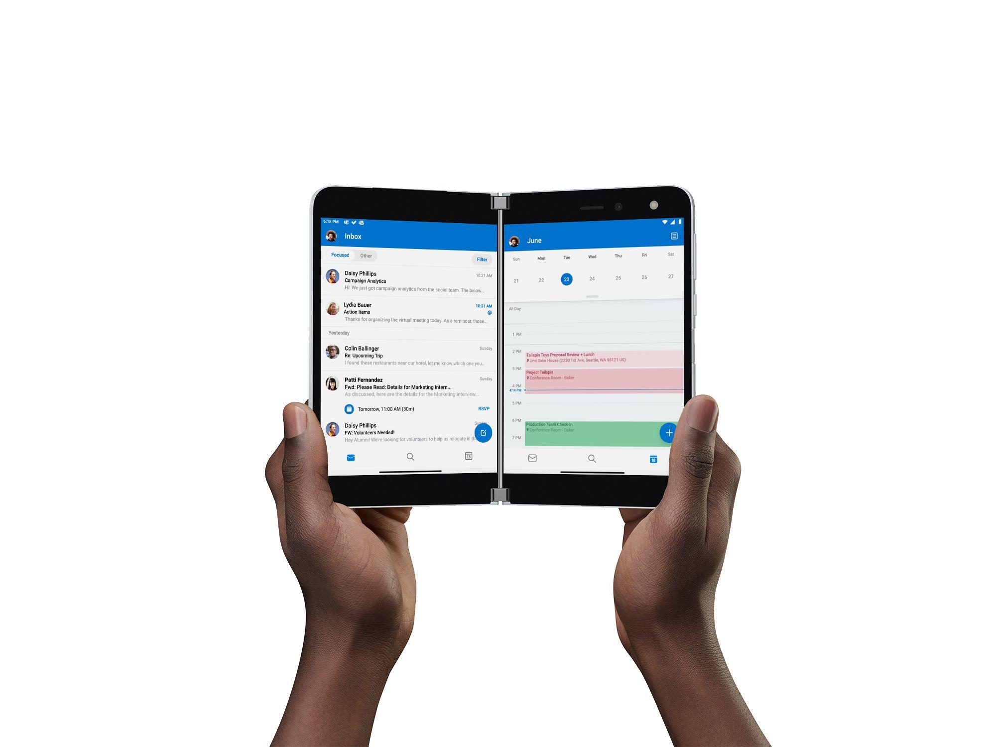 Das Surface Duo wird on 2 Händen gehalten, auf den den Bildschirmen im Querformat ist die Outlook App geöffnet