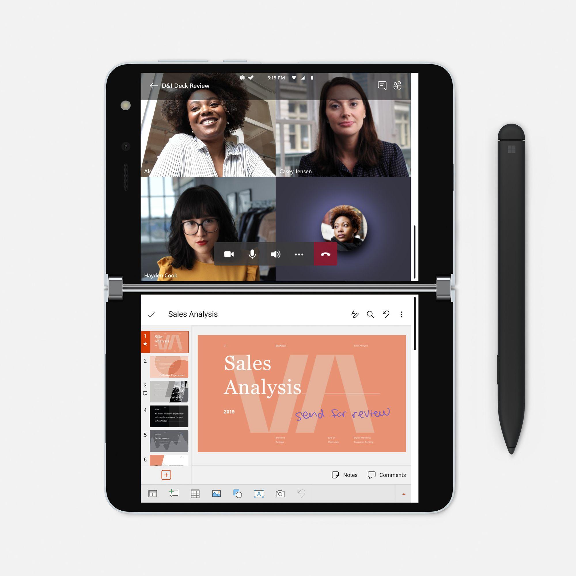 Das Surface Duo im Compose Mode zeigt auf dem oberen Bildschirm einen Video Call in Microsoft Teams und auf dem unteren Bildschirm eine PowerPoint Praesentation, neben dem Surface Duo liegt ein Surface Slim Pen